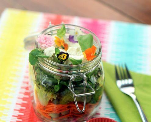 Salade met eetbare bloemen salad with edible flowers